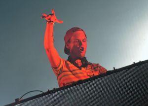 DJ anima fiestas en cuarentena desde balcón en el Alto Manhattan para agradecer a los trabajadores esenciales