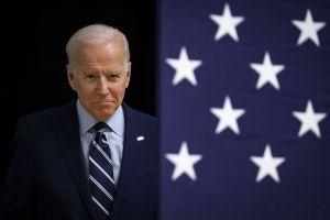 Biden defiende protestas por muerte de Floyd, pero condena incendios