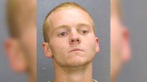 Un joven desnudo entra en una escuela de Miami, cerrada por coronavirus, y destroza el interior: quedó captado en cámara