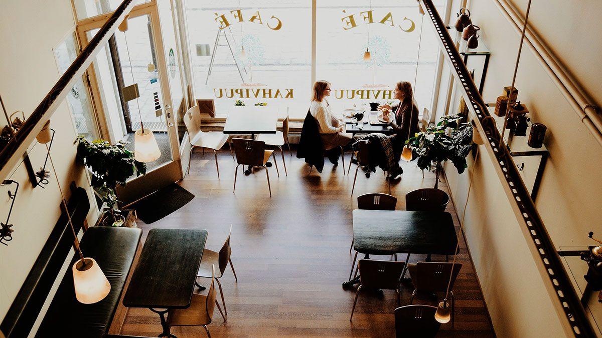 Restaurantes y bares de dos regiones de Illinois pueden ofrecer servicio de comida en interiores de manera limitada.