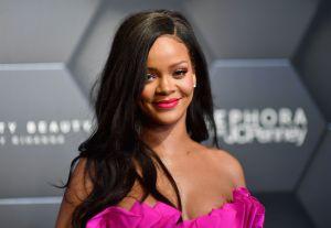 Rihanna se da la vuelta y modela su lencería transparente