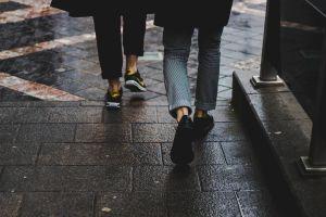 8 modelos de zapatos cómodos de mujer y hombre ideales para volver al trabajo