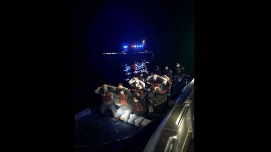 Detectan en alta mar y de noche una panga sin luces con 18 inmigrantes a bordo