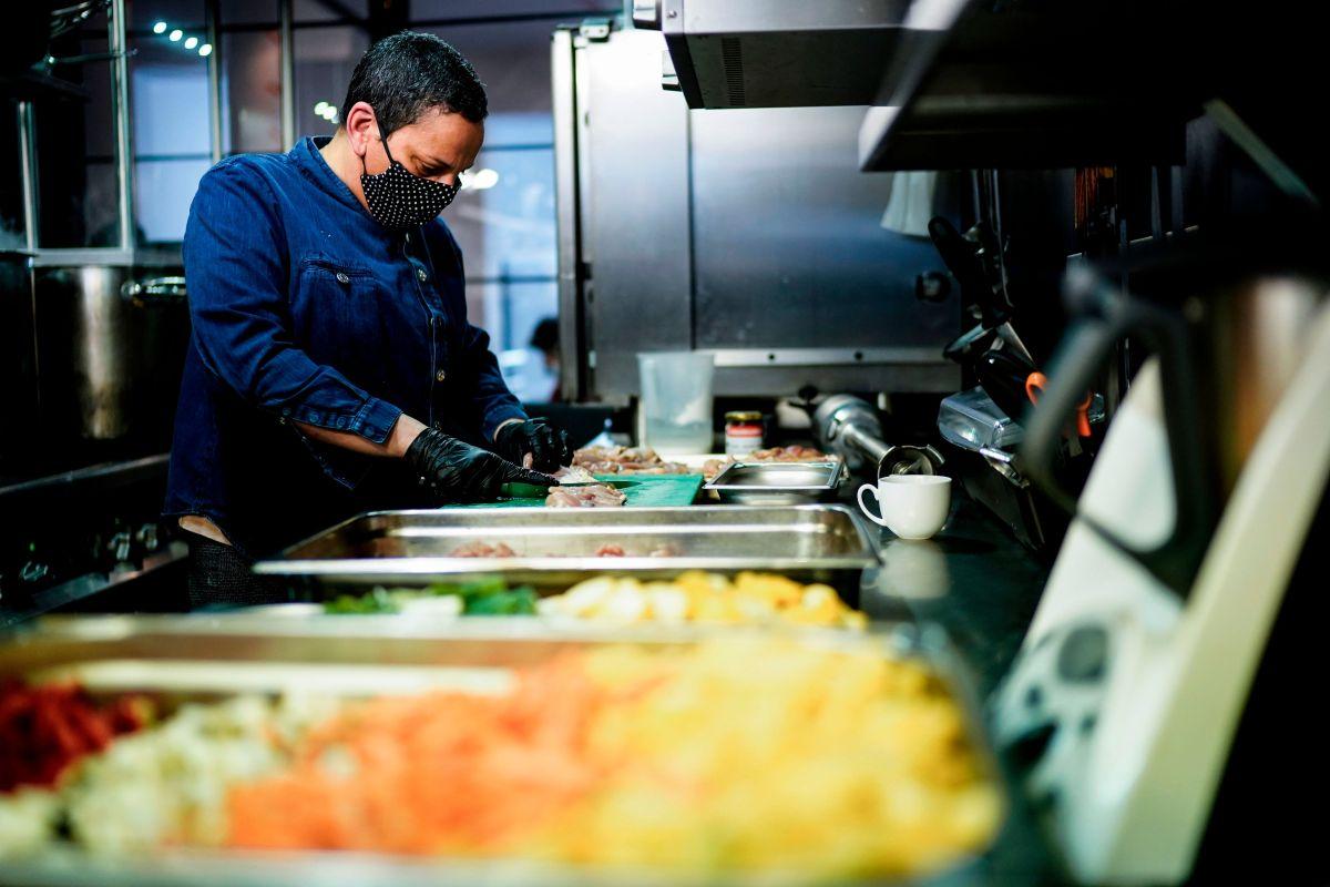 Instan a trabajadores de restaurantes a vacunarse contra el coronavirus en el Condado de Cook