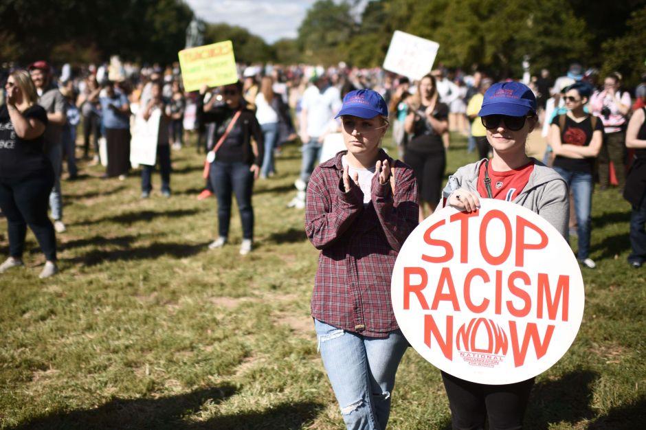 """Boricuas se mudan a nueva casa y vecina racista los recibe con frase """"los negros apestan"""""""