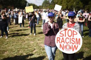Filman a mujer blanca lanzando insultos racistas contra soldado y la expulsan de su apartamento
