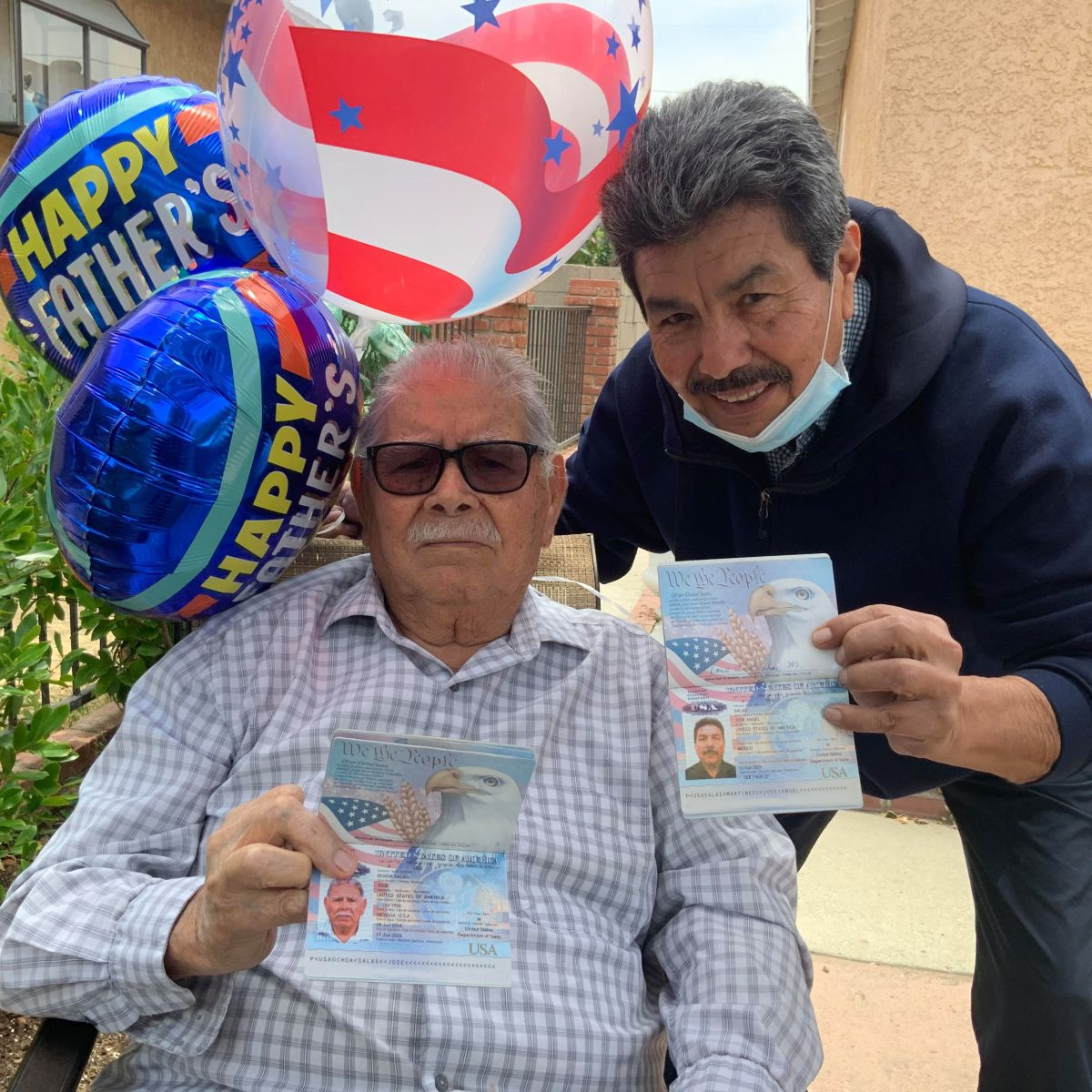 José Ángel Salas agradece a su padre José Salas que le haya dado la ciudadanía de EE.UU. (Cortesía Paulina Herrera)