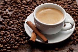 Por qué es recomendable beber café con canela todas las mañanas