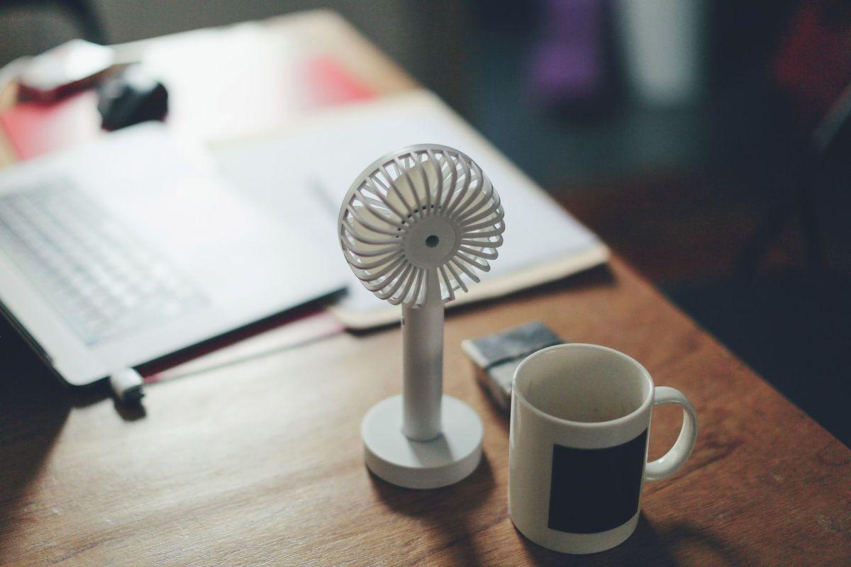 Conoce estos 4 ventiladores pequeños y portátiles para refrescar cualquier espacio de la casa