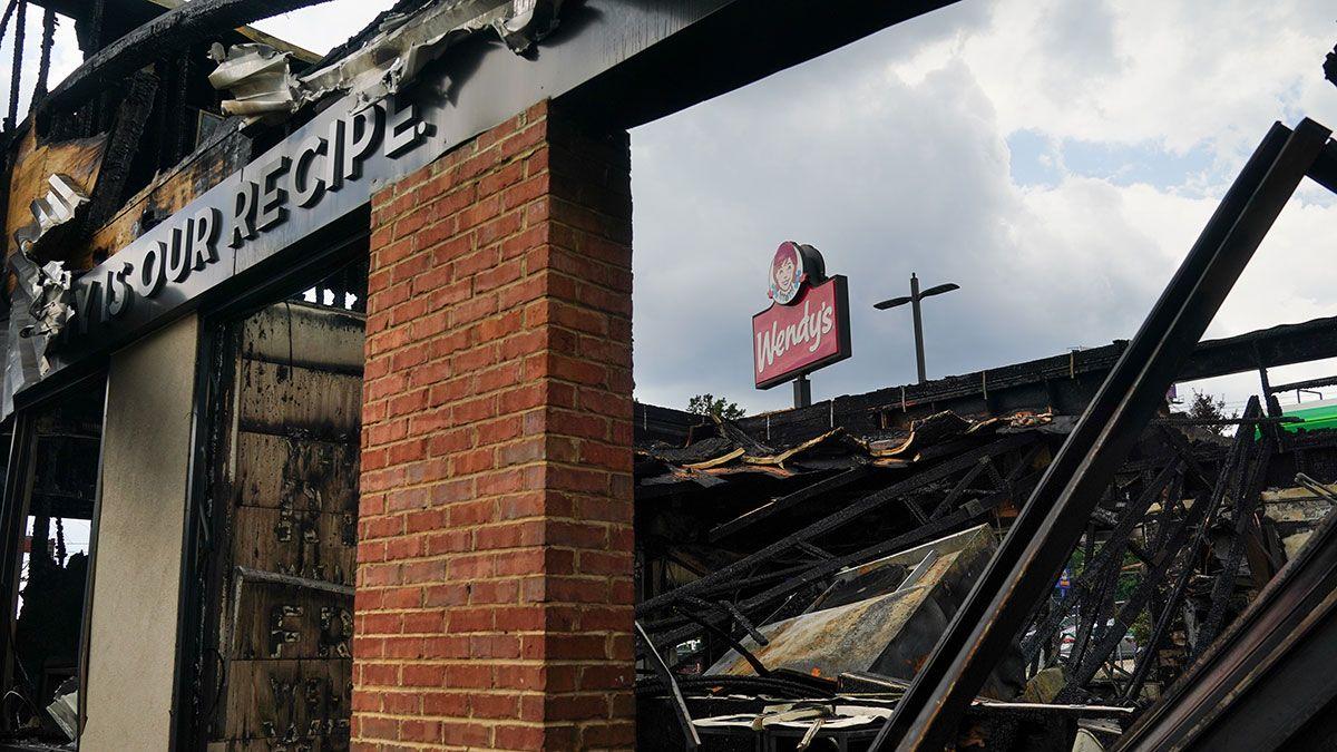 Policía ofrece $10,000 de recompensa por encontrar a mujer que encendió fuego en un Wendy's de Atlanta