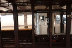 Empujan a anciana inmigrante a rieles del Metro de Nueva York para robarle su celular
