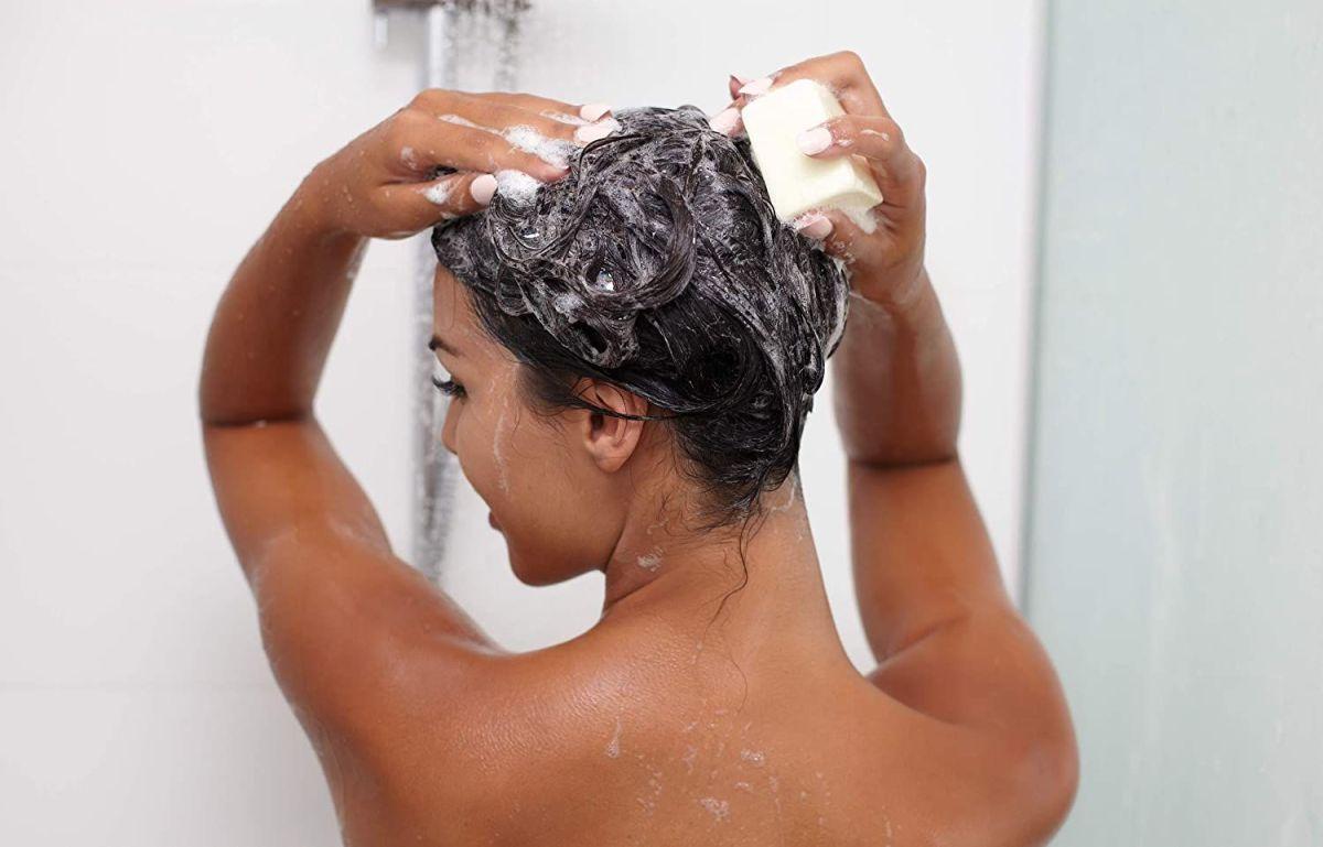3 shampoos en barra para cabellos secos que controlan el frizz y lo hidratan