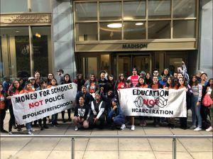 Debaten sobre la permanencia de policías en escuelas de Chicago