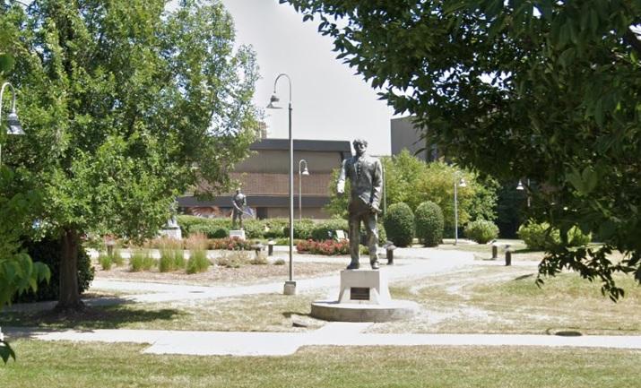 Dañan estatuas de héroes de México en plaza de la escuela Benito Juárez en Chicago