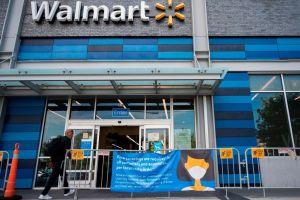 Pareja causa polémica por usar mascarillas con símbolo nazi en Walmart de Minnesota