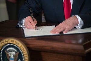 Trump firma memorando para excluir a inmigrantes indocumentados del Censo