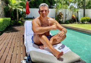 Héctor Sandarti estrena look para su regreso a Televisa