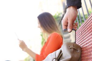 Abuela propina tremenda golpiza a ladrones que querían robarle su teléfono celular