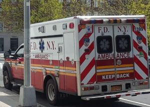 Hombre con muerte cerebral tras ser arrojado desde un auto en Queens
