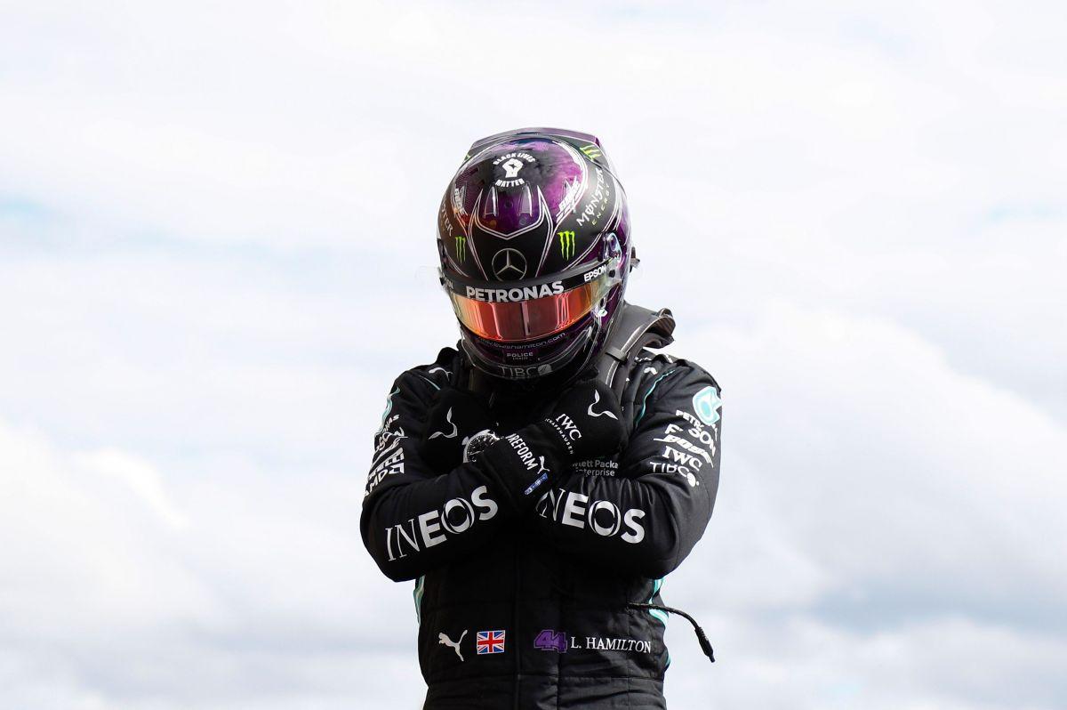 Lewis Hamilton rindiéndole homenaje al actor.