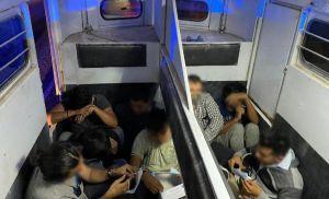 Patrulla Fronteriza encuentra a 30 inmigrantes apilados en camioneta abandonada por conductor
