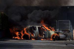 Cómo apagar el fuego de un auto eléctrico sin el riesgo de ser electrocutado