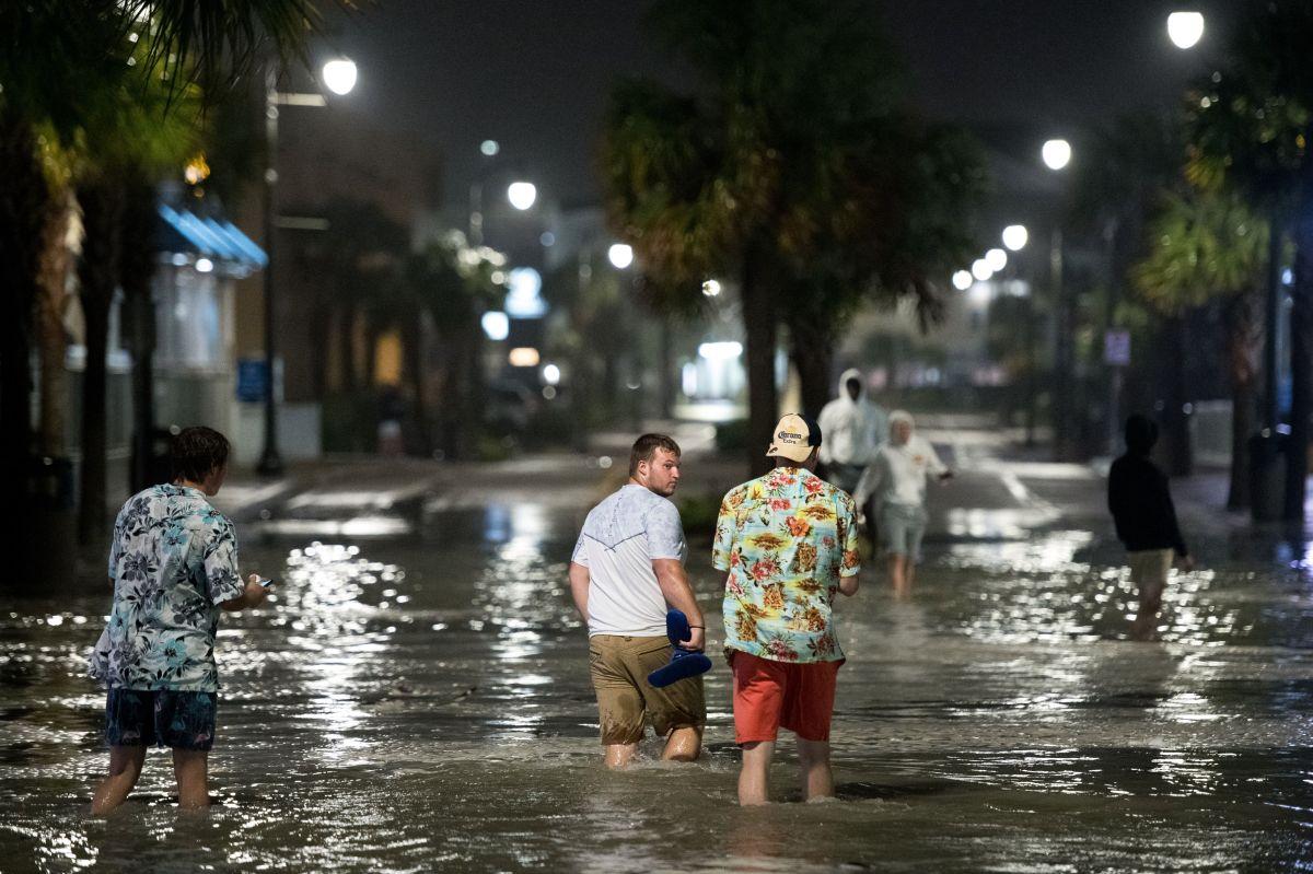 Huracán Isaías toca tierra en Carolina del Norte con vientos de hasta 85 mph