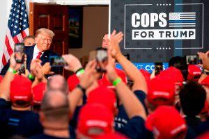 """""""Biden es un peligro, Hillary fue más inteligente"""": Trump recibe apoyo inédito de policías de Nueva York y Ocasio-Cortez critica"""