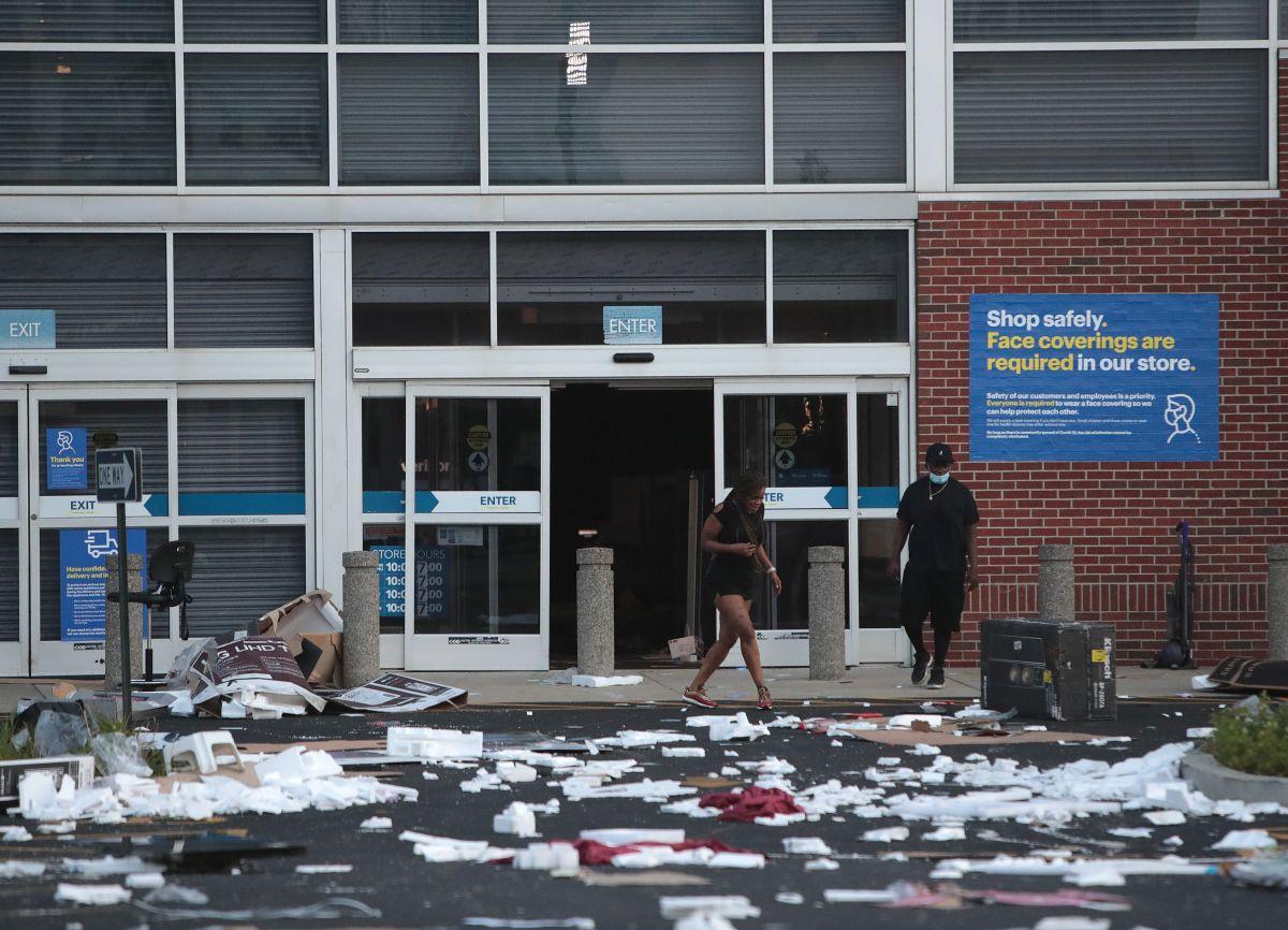 Una tienda Best Buy en el centro de Chicago fue saqueada la madrugada del 10 de agosto.