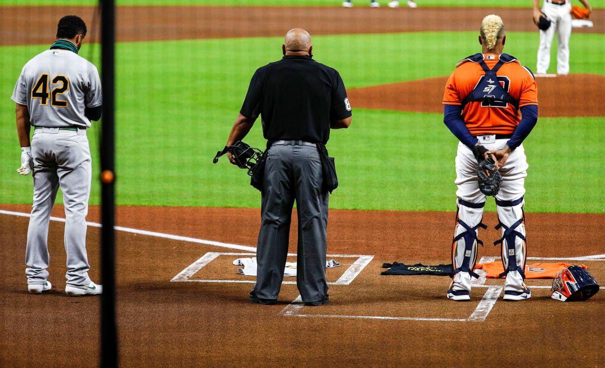 El minuto de silencio de Athletics y Astros antes de salir del campo.