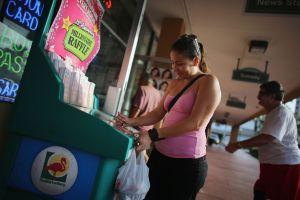 Una mujer latina gana $1 millón en un Walmart de Miami