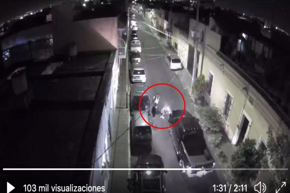 VIDEO: Supuestos policías ejecutan a 2; en su huida aplastan la cabeza de uno con camioneta