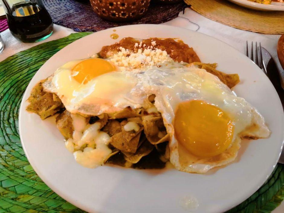Receta fácil de chilaquiles mexicanos en salsa de tres chiles