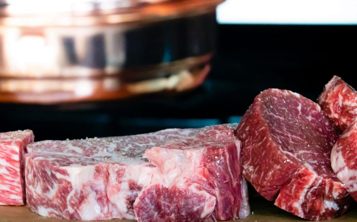 VIDEO: Un trozo de carne cruda se mueve en la tabla de cortar y las redes enloquecen