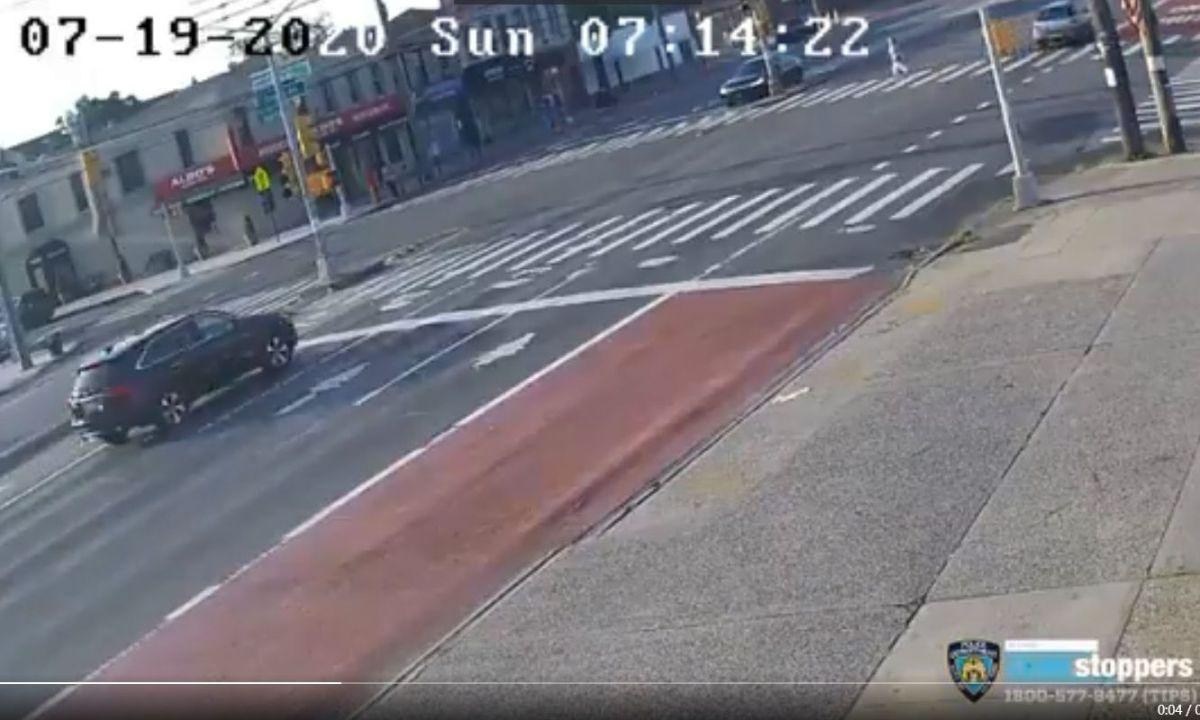 Video captó arrollamiento de una señora mayor en Queens; el conductor siguió de largo