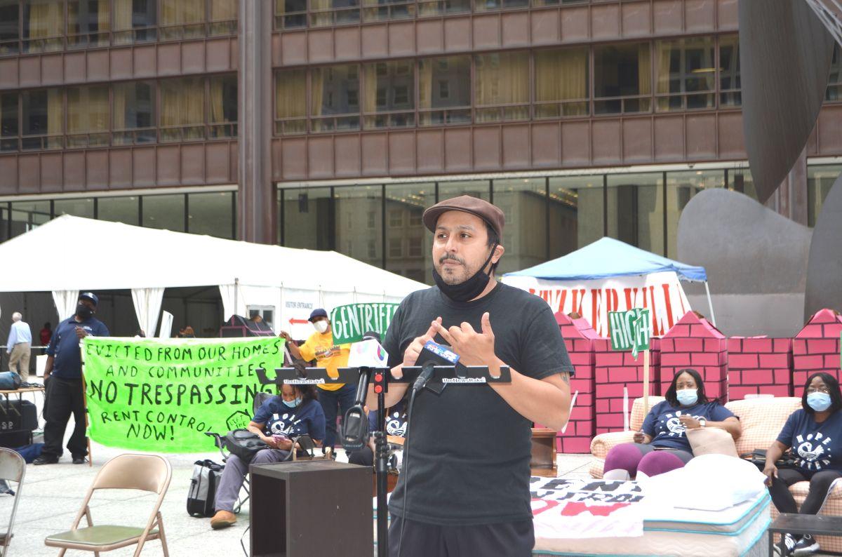 Líderes comunitarios presionan para ampliar la protección contra desalojos en Illinois