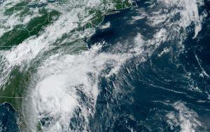 Isaías vuelve a ser huracán y acecha a las costas de las Carolinas