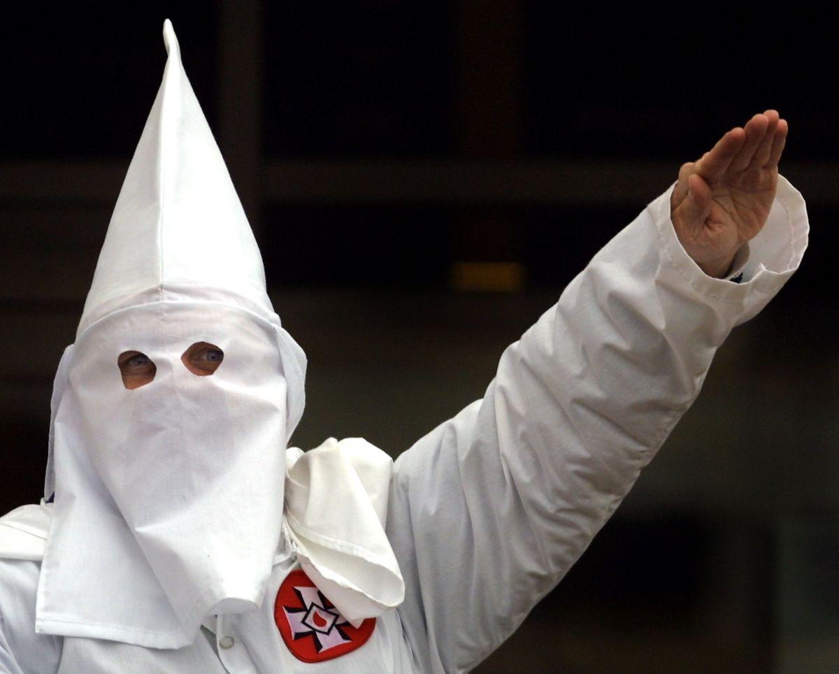Policía hispana despedida en Florida sostiene que no pertenece al KKK