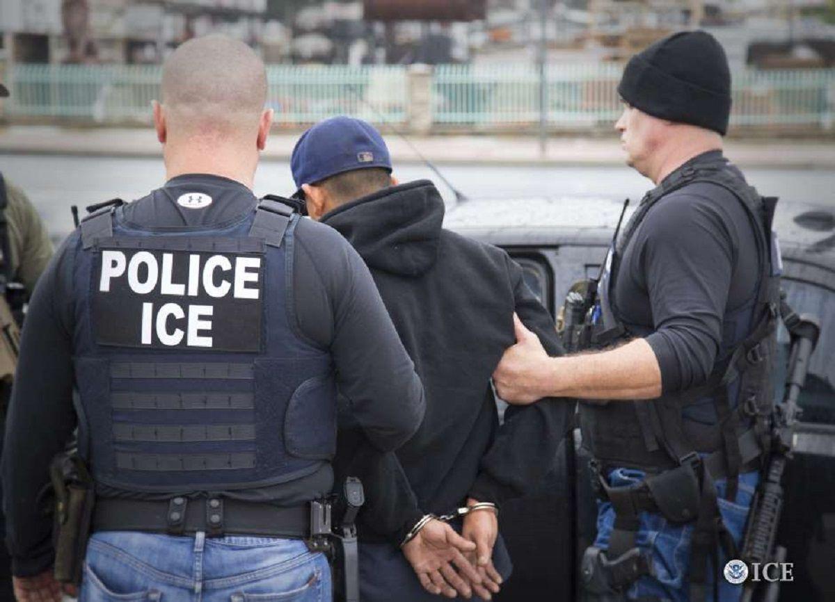 Las transferencias a ICE no se darán con una simple orden de detención ('detainer').