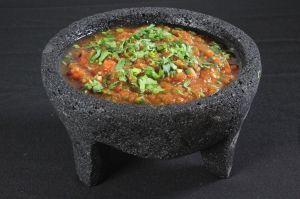 Cómo se hace la tradicional salsa molcajeteada de México