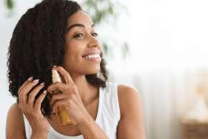 3 productos para el cuero cabelludo graso que tienen puntas secas