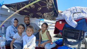 """""""¿Papá, vamos a morir?"""": familia que lo perdió todo en incendios de campamento de refugiados en Grecia"""