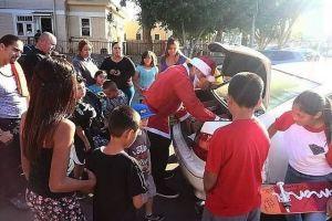 Tito Rodríguez nunca recibió regalos de niño. Ahora él es el Santa del Barrio