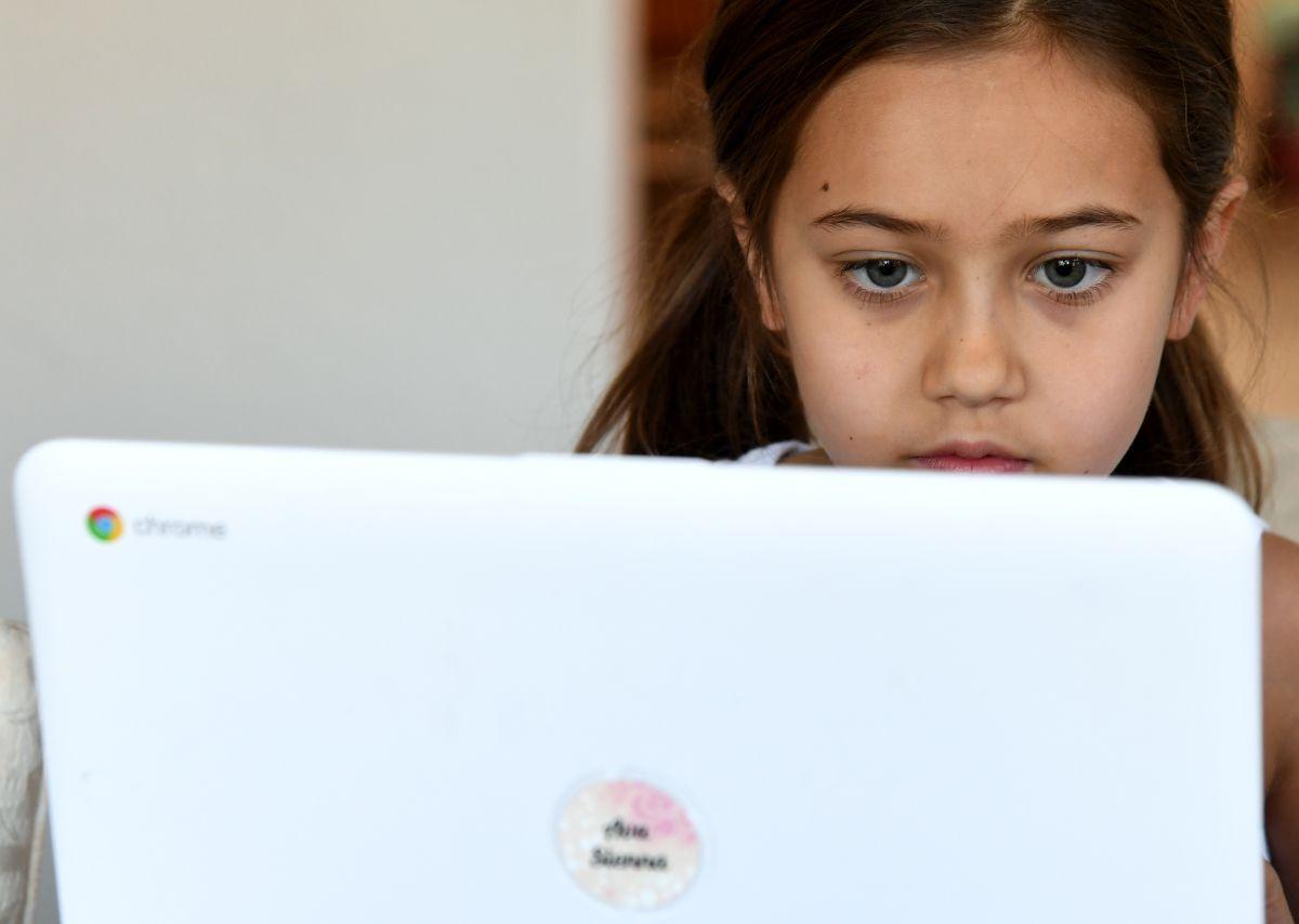 Millones de estudiantes asisten a clases en línea durante la pandemia de covid-19.
