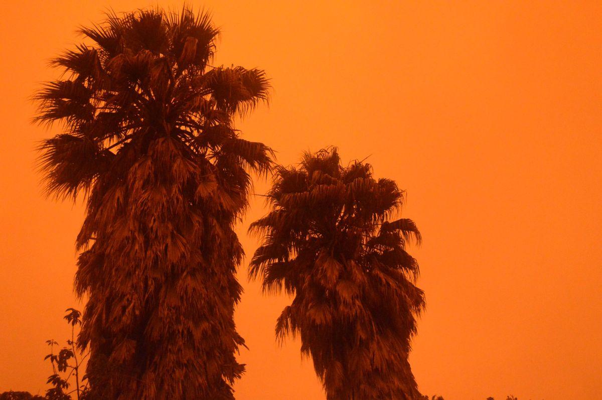El firmamento del norte de California se tiñó de rojo.