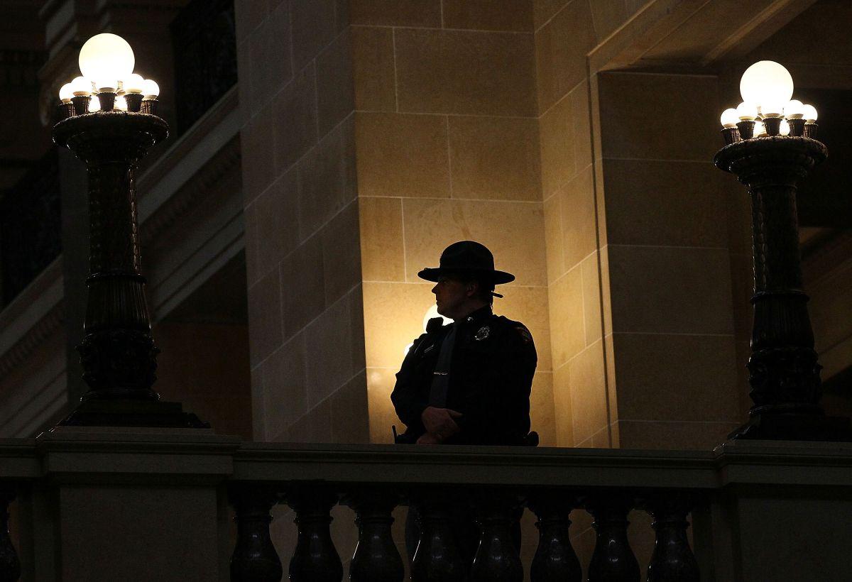 Silueta de un agente de la Policía Estatal de Wisconsin.