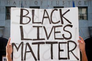 """La polémica por el policía """"hispano blanco"""" que le disparó a un negro"""