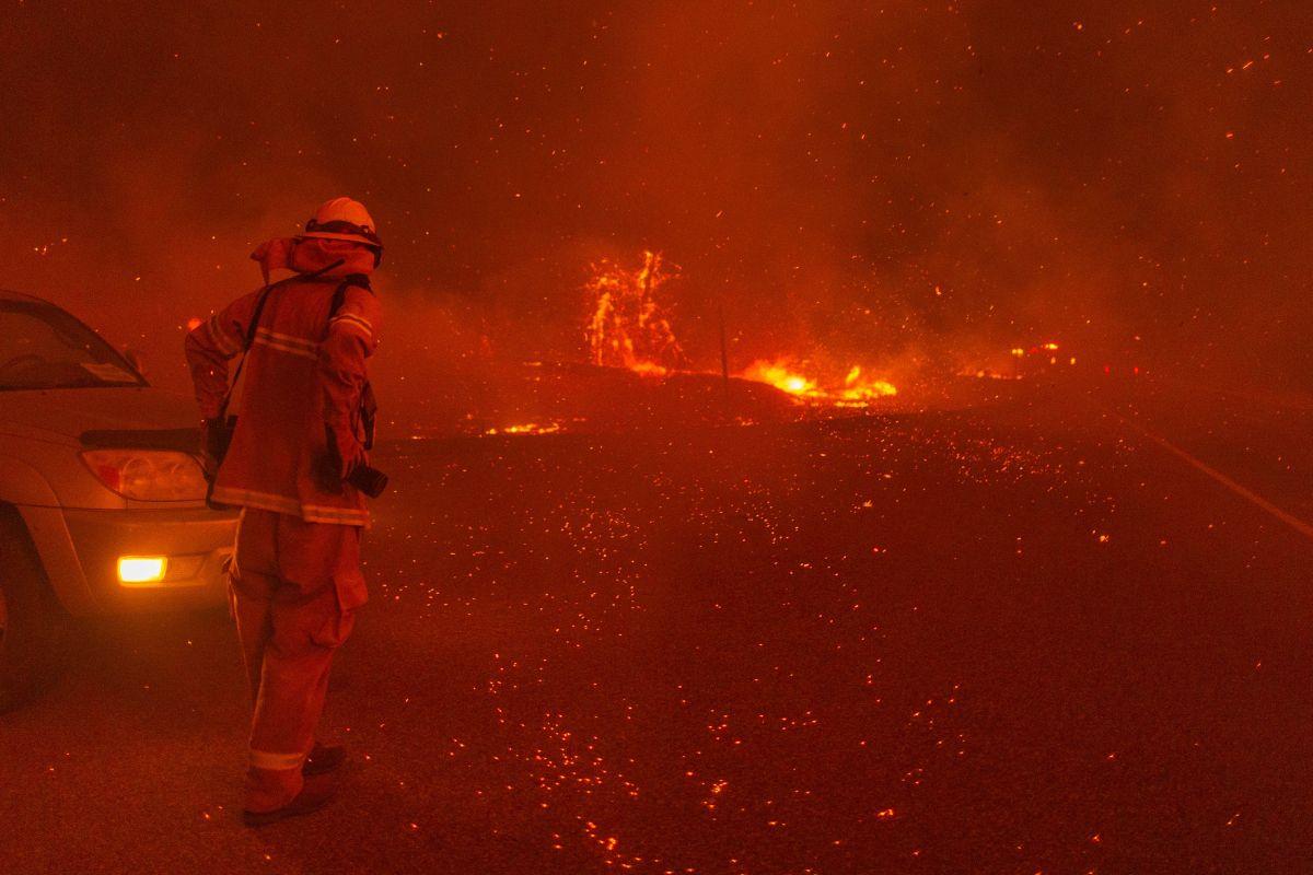 Las brasas caen mientras el incendio Creek se expande el 8 de septiembre de 2020 cerca de Shaver Lake, California.
