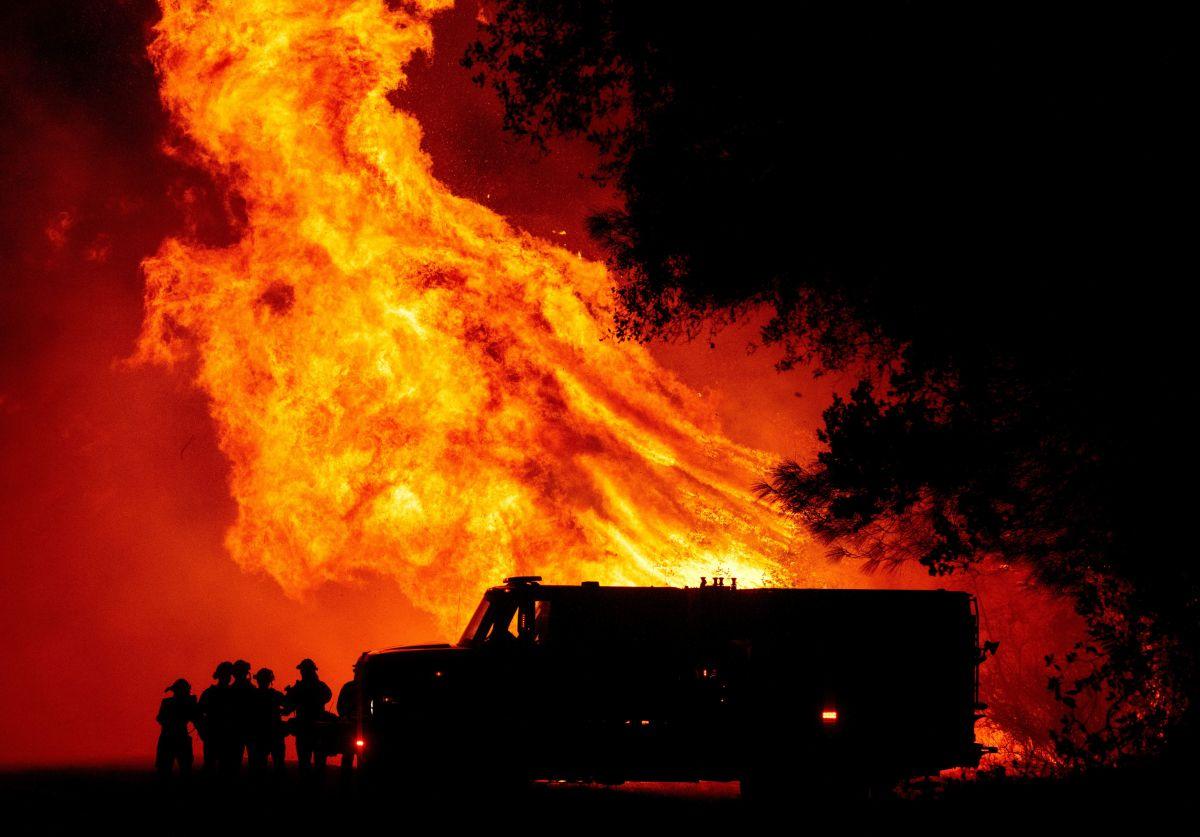 Bomberos de Butte ven levantarse una torre de fuego ante ellos.