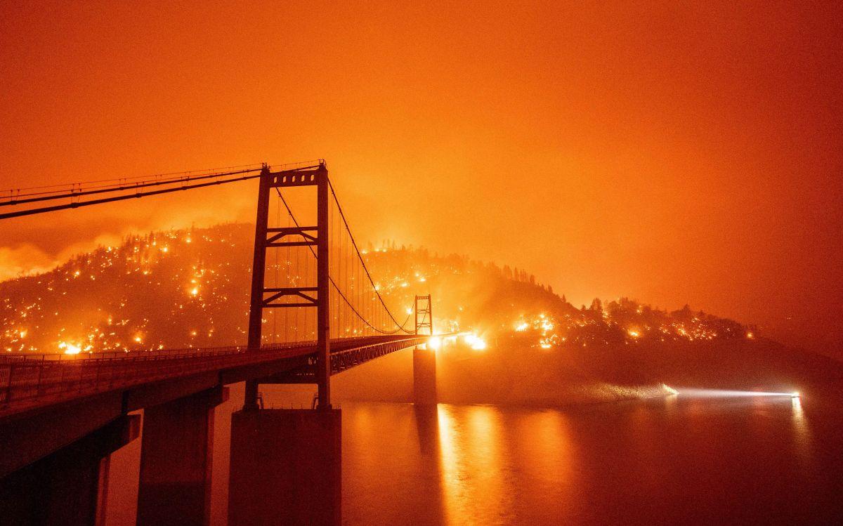 El puente Bidwell Bar rodeado por un incendio en el lago Oroville durante el incendio Bear en California.